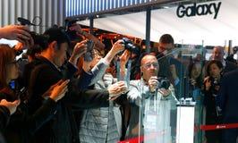 Bezoekersbeeld nieuwe vouwbare mobiel van Huawei op MWC 2019 wijd stock fotografie