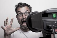 Bezorgd mannelijk fotomodel achter een stroboscoop Royalty-vrije Stock Afbeelding