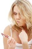 Bezorgde blond met rode pillen Royalty-vrije Stock Foto's