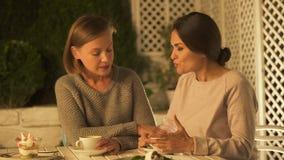 Bezorgde dame die met vriend mogelijke scheiding, vertrouwen tussen zusters bespreken stock video