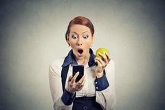 Bezorgde geschokte bedrijfsvrouw die telefoon bekijken die slecht nieuws zien Royalty-vrije Stock Foto's