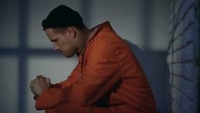 Bezorgde gevangene in cel wanhopig voelen, betreurend over misdaad en fouten stock video