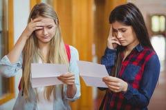Bezorgde studenten die resultaten bekijken stock fotografie