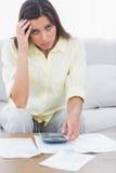 Bezorgde vrouw die haar rekeningen doen Stock Foto