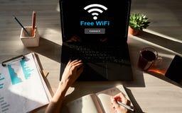Bezpłatny wifi związek na przyrządu ekranie Interneta i technologii bezprzewodowej pojęcie obraz stock