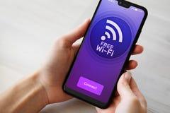 Bezpłatny wifi związek na telefonu komórkowego ekranie Internetowy i telekomunikacyjny technologii pojęcie zdjęcia stock