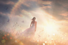 Bezpłatna dziewczyna przy świtem w polu zdjęcia stock