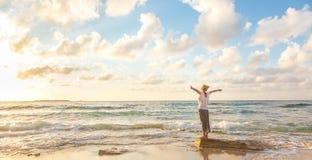 Bezpłatna Szczęśliwa kobieta Cieszy się zmierzch na Piaskowatej plaży Obrazy Stock
