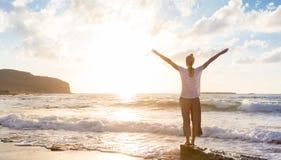 Bezpłatna Szczęśliwa kobieta Cieszy się zmierzch na Piaskowatej plaży Obraz Stock