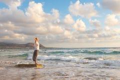 Bezpłatna Szczęśliwa kobieta Cieszy się zmierzch na Piaskowatej plaży Zdjęcia Stock