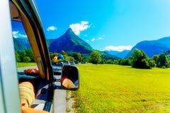 Bezpłatnego lata samochodowa podróżna wycieczka samochodowa w pięknym góra krajobrazie Zdjęcie Stock
