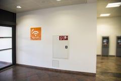 Bezpłatny bezprzewodowy wifi znak przy lotniskiem obrazy royalty free