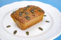 bezpłatny dyniowy chleb z dyniowym ziarnem w bielu talerzu fotografia stock