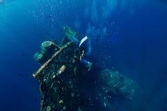 Bezpłatny nurka mężczyzny nur przy shipwreck, podwodnym obraz stock