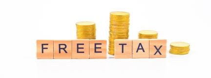 Bezpłatny podatku słowo na drewnianych blokach i monetach na tle fotografia royalty free
