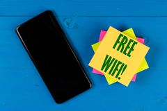Bezpłatny Wifi teksta pojęcie na blokowym papierze Czarny telefon komórkowy z pustym czerń ekranem dla kopii przestrzeni fotografia royalty free
