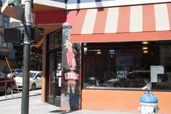 Bezpłatny Wifi w kawiarni z pomarańczową markizą przy narożnikowym sklepem Zdjęcia Stock
