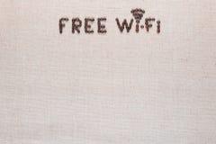 Bezpłatny wifi znak robić od kawowych fasoli na linea tle, strzału odgórny widok obrazy royalty free
