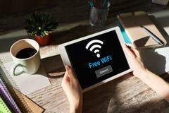 Bezpłatny wifi związek na przyrządu ekranie Interneta i technologii bezprzewodowej pojęcie obraz royalty free