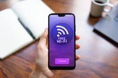 Bezpłatny wifi związek na telefonu komórkowego ekranie Internetowy i telekomunikacyjny technologii pojęcie obrazy stock