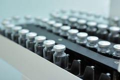 Bezpłodne kapsuły dla zastrzyka Butelki na rozlewniczej linii farmaceutyczna roślina Maszyna po sprawdzać bezpłodny Obrazy Stock