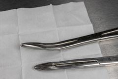 Bezpłodny mop, cążki i medyczna strzykawka na szpitala stole, Akcesoria w doctor& x27; s biuro fotografia royalty free