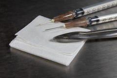 Bezpłodny mop, cążki i medyczna strzykawka na szpitala stole, Akcesoria w doctor& x27; s biuro zdjęcie royalty free