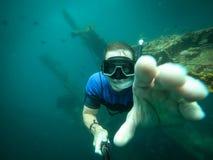 Bezp?atny nurek bierze selfie z zapadni?tym statkiem na tle obraz stock