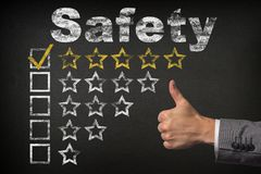 Bezpieczeństwa pięć 5 gwiazdowa ocena Aprobaty usługują złote ocen gwiazdy na chalkboard zdjęcia stock