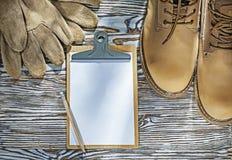 Bezpieczeństwo inicjuje rękawiczka ołówkowego schowek na drewnianej desce obraz stock