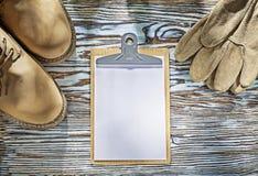 Bezpieczeństwo inicjuje rękawiczka schowek na drewnianej desce fotografia stock