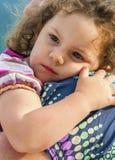 Bezpieczeństwo Mała dziewczynka w jej macierzystych rękach Zdjęcia Royalty Free