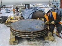 Bezpieczeństwo przy pracą Spawać i mleć żelazne budowy Ind obrazy royalty free