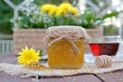 Bezpieczny dla środowiska miód w szklanych słojach Zdjęcie Stock