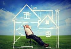 Bezpieczny dom Szczęśliwy mężczyzna cieszy się jego dzień w nowym domu Fotografia Royalty Free