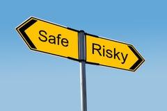 Bezpieczny lub Ryzykowny? Zdjęcia Royalty Free