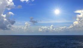 Bezpośredni słońce z niebieskim niebem obraz royalty free