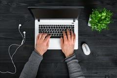 Bezpośrednio nad widok ludzkie ręki pisać na maszynie na laptopie Obraz Stock