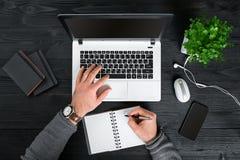 Bezpośrednio nad widok ludzkie ręki pisać na maszynie na laptopie Obraz Royalty Free