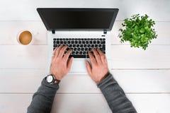 Bezpośrednio nad widok ludzkie ręki pisać na maszynie na laptopie Fotografia Royalty Free