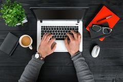 Bezpośrednio nad widok ludzkie ręki pisać na maszynie na laptopie Zdjęcie Stock