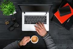 Bezpośrednio nad widok ludzkie ręki pisać na maszynie na laptopie Obrazy Royalty Free