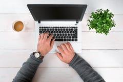 Bezpośrednio nad widok ludzkie ręki pisać na maszynie na laptopie Zdjęcia Royalty Free