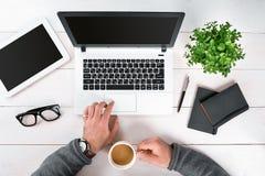 Bezpośrednio nad widok ludzkie ręki pisać na maszynie na laptopie Obrazy Stock