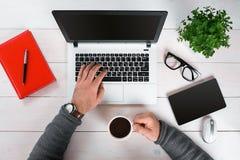 Bezpośrednio nad widok ludzkie ręki pisać na maszynie na laptopie Zdjęcie Royalty Free
