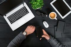 Bezpośrednio nad widok ludzkie ręki pisać na maszynie na laptopie Zdjęcia Stock