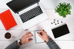 Bezpośrednio nad widok ludzkie ręki pisać na maszynie na laptopie Fotografia Stock