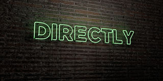 BEZPOŚREDNIO - Realistyczny Neonowy znak na ściana z cegieł tle - 3D odpłacający się królewskość bezpłatny akcyjny wizerunek ilustracji
