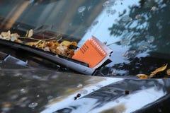 Bezprawna parking naruszenia cytacja Na Samochodowej przedniej szybie w Nowy Jork Fotografia Royalty Free