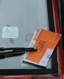 Bezprawna parking naruszenia cytacja Na Samochodowej przedniej szybie w Nowy Jork Obraz Royalty Free